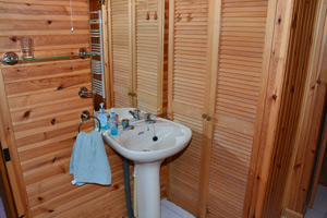 The bathroom of the self catering cottage